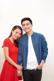 Счастливая азиатская пара, держащая руку на белом фоне