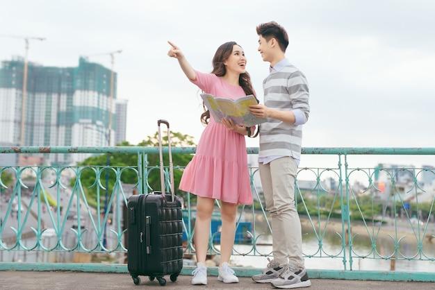 지도와 휴가 관광 도시에 행복 한 아시아 커플