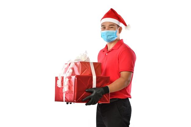 Счастливый азиатский доставщик в красной форме