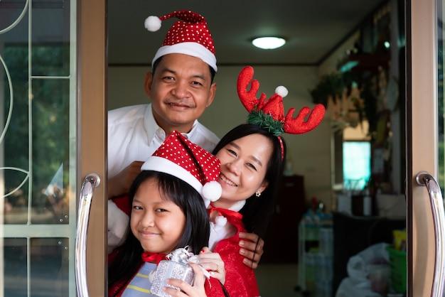 행복 한 아시아 가족 딸 어머니와 아버지 크리스마스에 웃 고