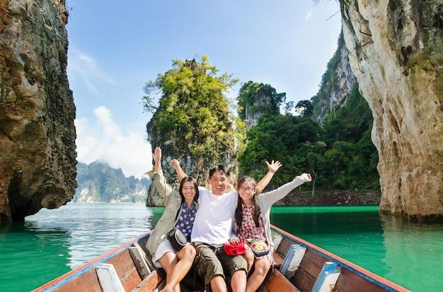 행복한 아시아 가족은 보트 여행과 아름다운 자연 경관 호수와 산으로 휴가 모험을 즐기는 크루즈, 태국 구이린, 수랏타니, 카오 속 국립 공원에서 휴가 여행 아시아를 즐깁니다.