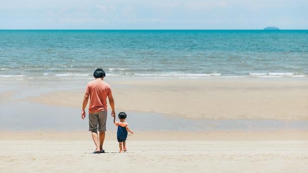 Счастливый азиатский семейный отец и ребенок отдыхают и вместе осматривают достопримечательности на пляже в таиланде, концепция летних путешествий