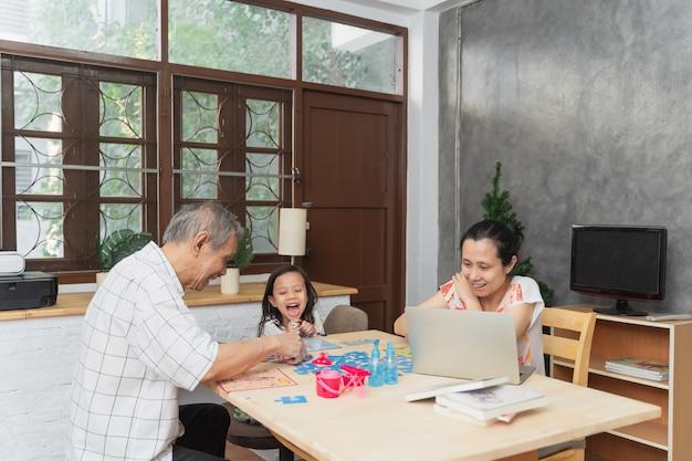 Счастливая азиатская семья, проводящая время вместе