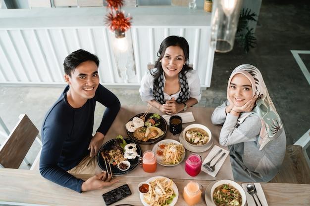 함께 점심을 먹고 행복 한 아시아 친구