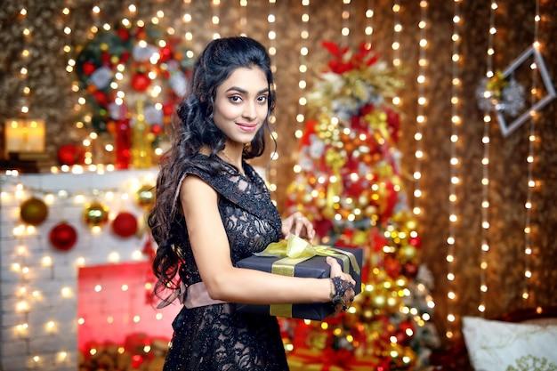 クリスマスの日に幸せなアジアの女の子。