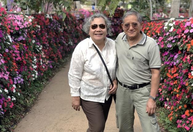 야외에서 행복 한 아시아 할아버지와 할머니 행복