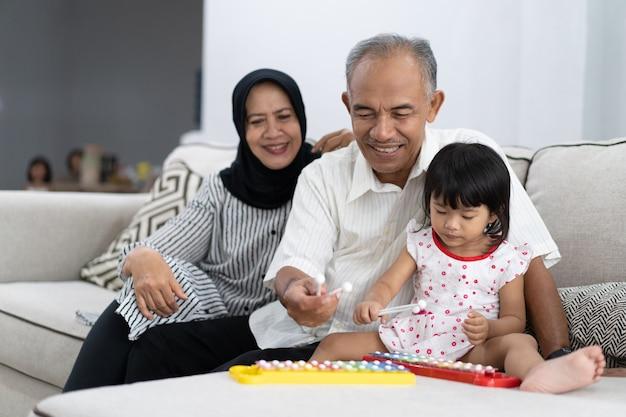 Счастливый азиатский дедушка с внуком
