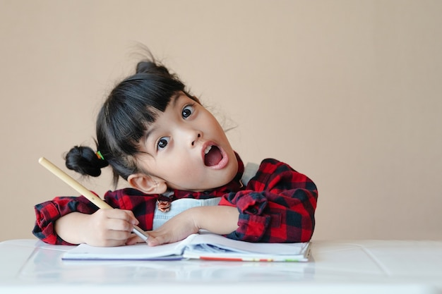 幸せなアジアの子供は家で水彩画の描画アートを学び、楽しんでいます。