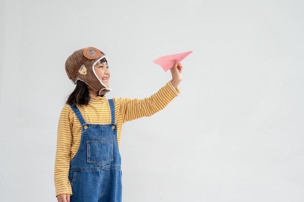 종이 비행기를 가지고 노는 행복한 아시아 아이