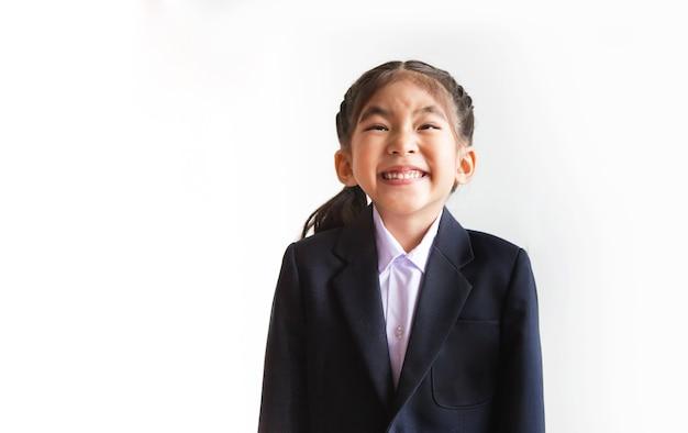 Счастливый азиатский ребенок улыбается с бизнес-люкс на белом изолированном фоне