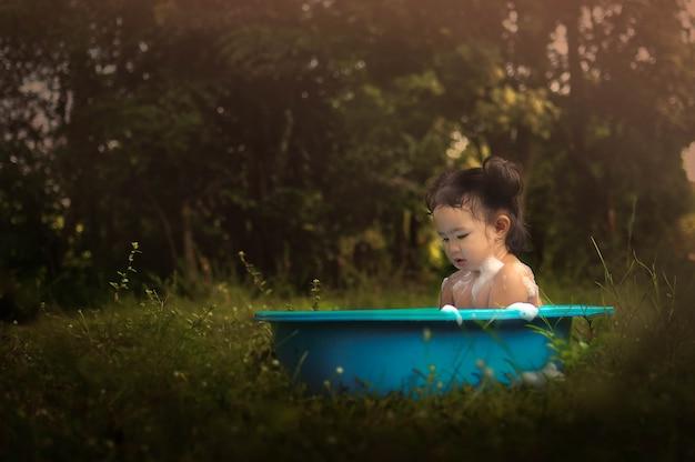 幸せなアジアの少女