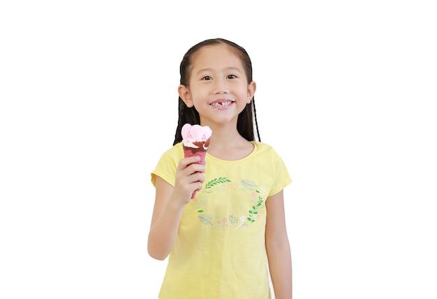 행복 한 아시아 어린 아이 소녀 흰색 절연 아이스크림 콘을 먹고