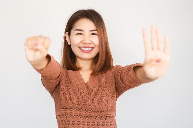 幸せなアジア人が40歳の手振りを作る