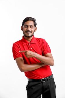 白い背景の上に立っているtシャツとキャップの幸せなアジア人、配達サービスの概念