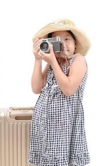 幸せなアジアの旅行者は、ヴィンテージカメラで写真を撮る
