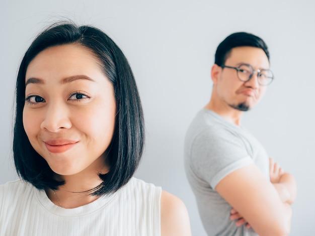 행복한 아시아 아내와 화가 패자 남편.