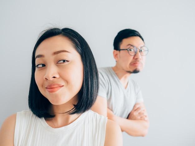 Счастливая жена азии и сердитый неудачник.