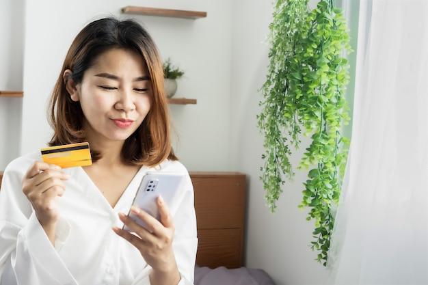행복 한 아시아 여자 온라인 쇼핑을 즐길 수