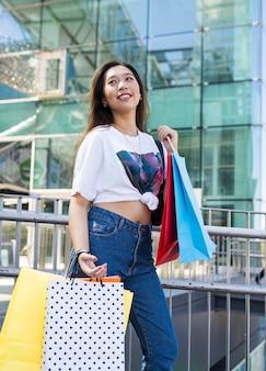 여름에 쇼핑 행복 한 아시아 여자