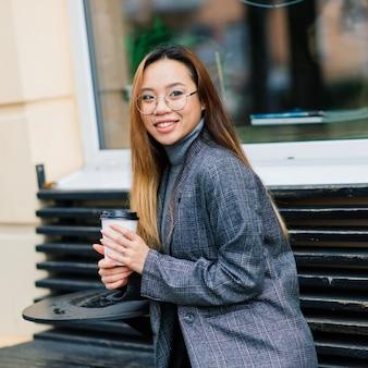 도시 거리, 교육 개념에 행복 한 아시아 여자 학생