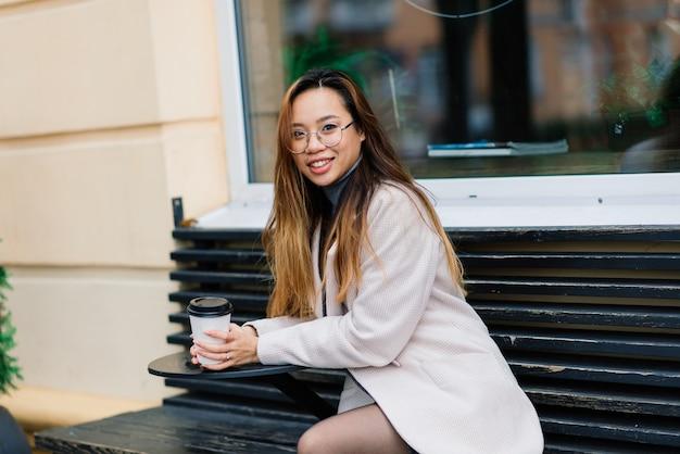 도시 거리에 행복 한 아시아 여자 학생