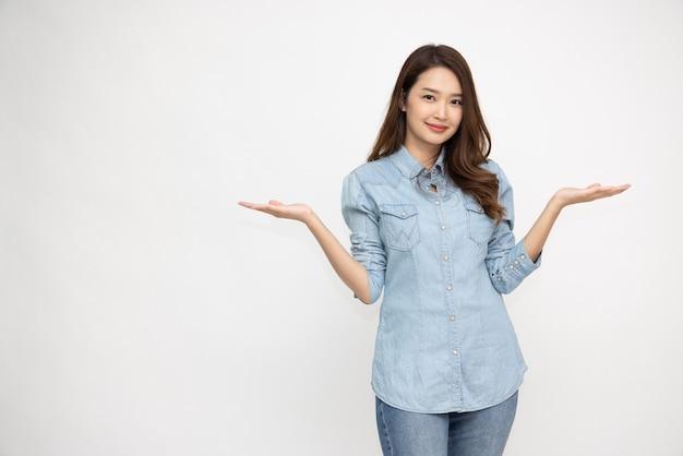 청바지 셔츠를 입고 발표하는 행복한 아시아 여성