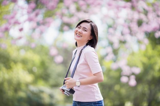 Счастливая азиатская женщина с камерой