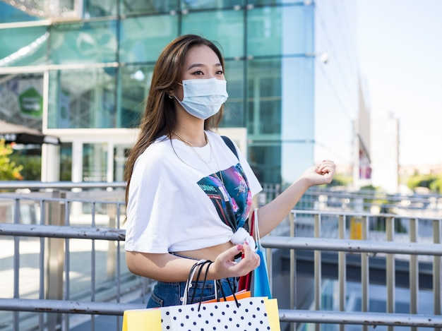 쇼핑 마스크와 함께 행복 한 아시아 여자