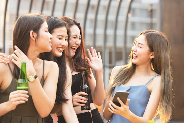 ナイトクラブでビールと幸せなアジアの女性のパーティー。