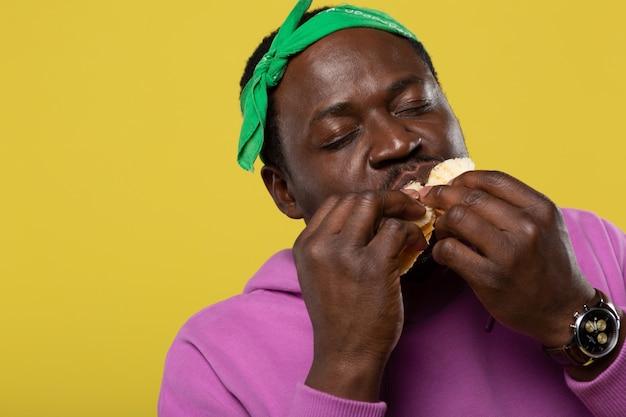 現時点では幸せです。パンを噛みながら目を閉じるうれしそうな男性