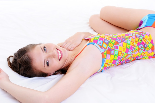目を覚ました後幸せな魅力的な白人少女
