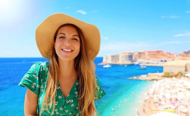 Счастливый привлекательный путешественник женщина в хорватии с старый город дубровника и средиземное море на заднем плане, европа