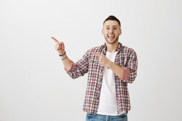 幸せな魅力的な若い男ポーズ
