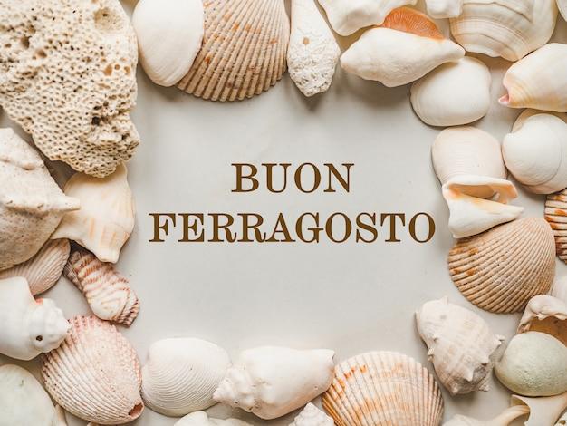 행복한 8월. 부온 페라고스토. 이탈리아 휴가를 위한 아름다운 카드. 근접, 위에서 보기입니다. 국경일 개념입니다. 가족, 친척, 친구 및 동료를 위한 축하