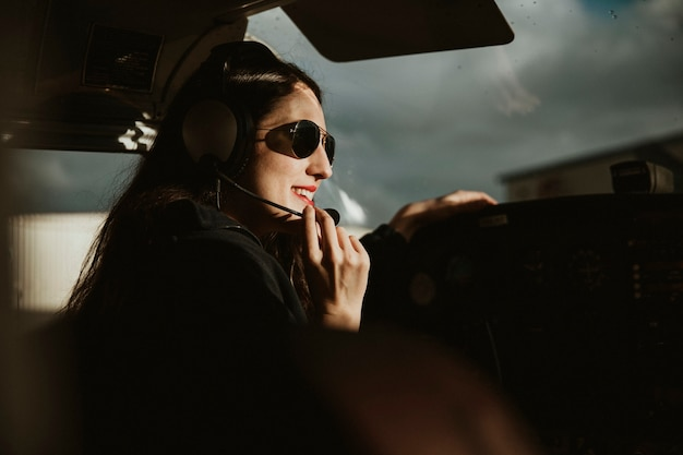 Счастливый авиатор с наушниками, слушающий воздушное движение