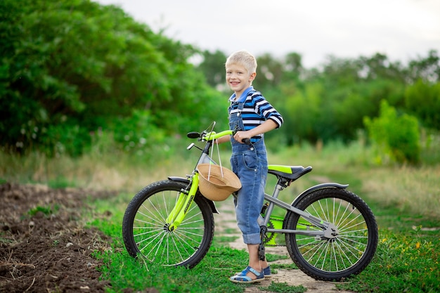자전거와 함께 행복 한 아기 소년 금발 여름, 어린이 라이프 스타일에 필드에 서