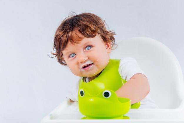 Счастливый ребёнок сидит и ест