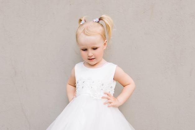 灰色の白いドレスでハッピーベビー女の子