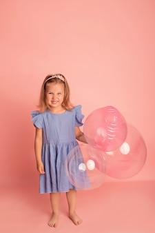 風船とピンクのハッピーベビー女の子