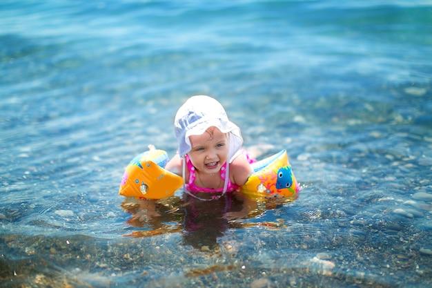 夏休みに海で遊んで幸せな女の赤ちゃん