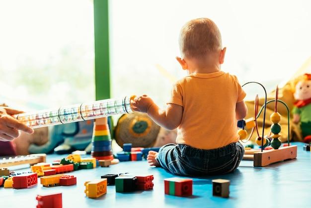 유치원에서 장난감 블록을 가지고 노는 행복한 아기.