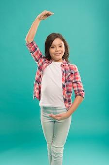 행복한 발레리나는 손 위치를 보여줍니다. 젊은 재능있는 댄서. 그녀가 프리마라고 상상해보십시오. 발레 학교에서 공부. 아이는 춤을 좋아합니다. 댄스 스튜디오에서 작은 소녀 연습. 아이들을 위한 활동.