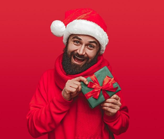 Счастливый бородатый мужчина битник в шляпе санта