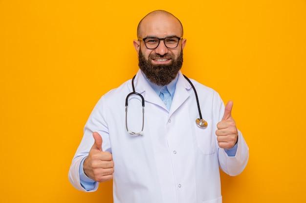 首の周りに聴診器を持った白衣を着た幸せなひげを生やした男性医師