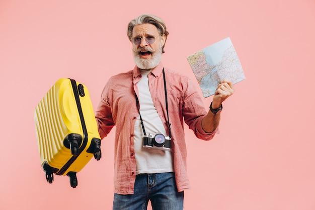 선글라스에 행복 수염 남자 가방과지도를 보유하고 노래와 춤을