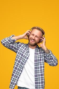 Счастливый бородатый мужчина слушает музыку