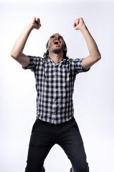 행복 한 수염 난된 남자가 위쪽을 찾고 축 하에 그의 손을 올리는. 흰색 배경으로 격리