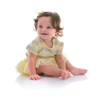Счастливая красивая девочка сидит