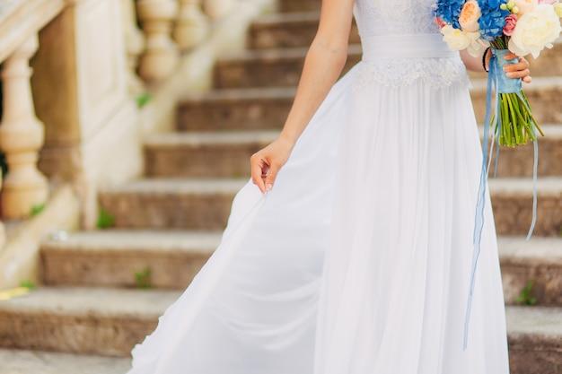 屋外で幸せな美しい花嫁