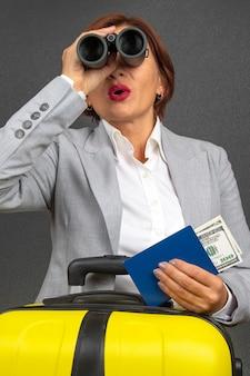 그녀의 여행을 향해 쌍안경을 통해 찾고 행복 아름다운 비즈니스 여자